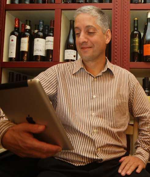 Jordi mostrando el ipad